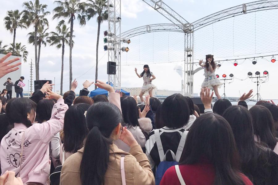 LADYBABYのライブには多くの女の子が集まる(4月1日、大阪ATC海のステージ)