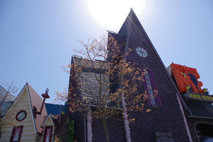 アニメから飛び出したかのようなグルーの屋敷。秘密の研究室を飛びまわるアトラクションがこの裏に控える