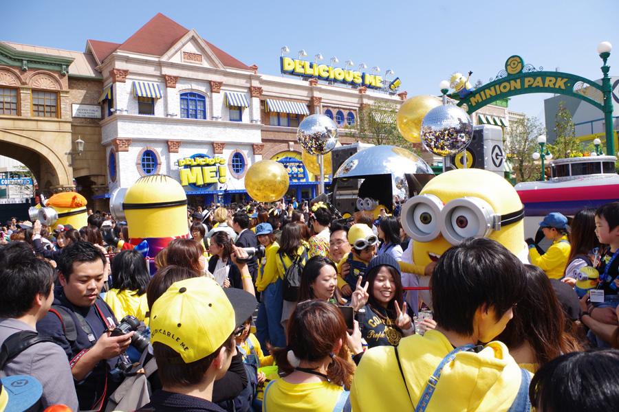 ユニバーサル・スタジオ・ジャパンでおこなわれるミニオンのグリーティングには大勢のファンが集まる