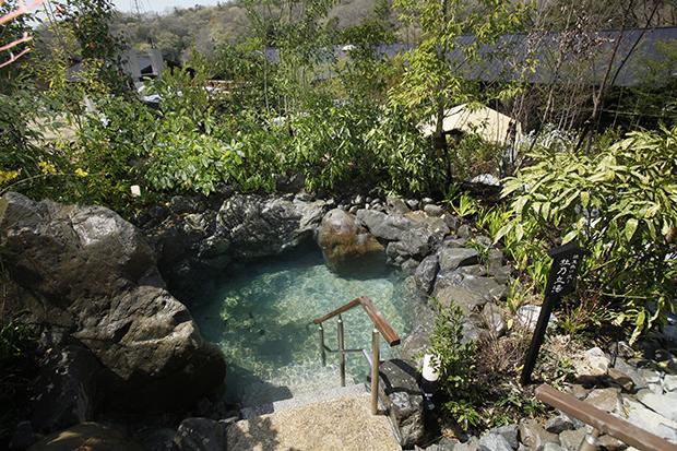 天然温泉「延羽の湯 野天 閑雅山荘」では、源泉掛け流しの杜乃湯が楽しめる
