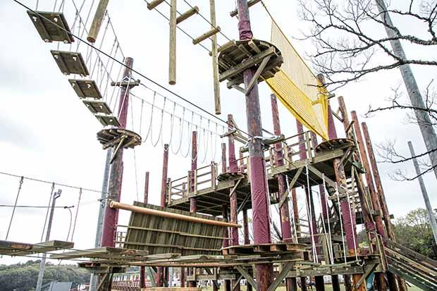 家族で楽しめる「スカイジャングル」は、高さ2mと5mの2コース。8mのバンジージャンプも