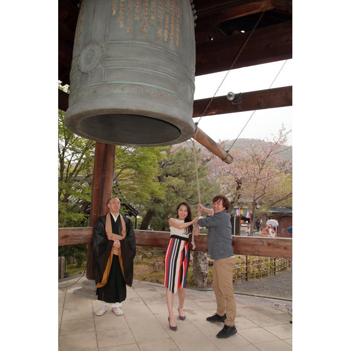 高台寺の梵鐘を撞いた『ノートルダムの鐘』出演者の飯田と岡村(右)(17日、高台寺)