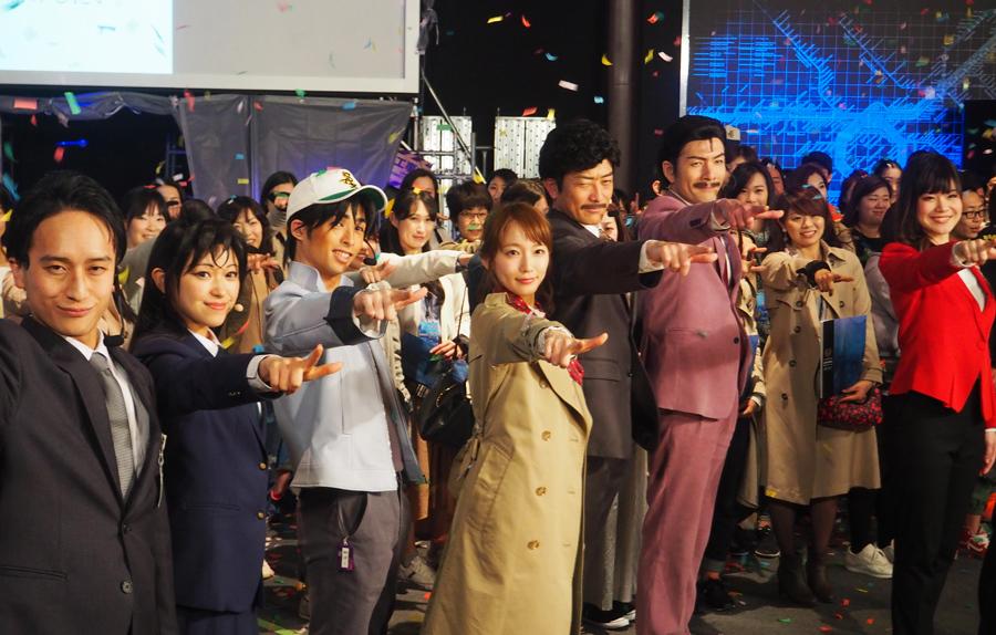 「真実はいつもひとつ!」と決めポーズをする吉岡里帆(10日、ユニバーサル・スタジオ・ジャパン)