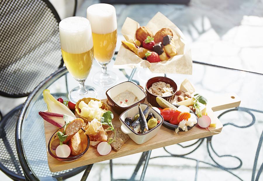 フリーフロー(飲み放題)に前菜プレート、プレッツェル、デザートが付いてひとり5500円(税込サ別)