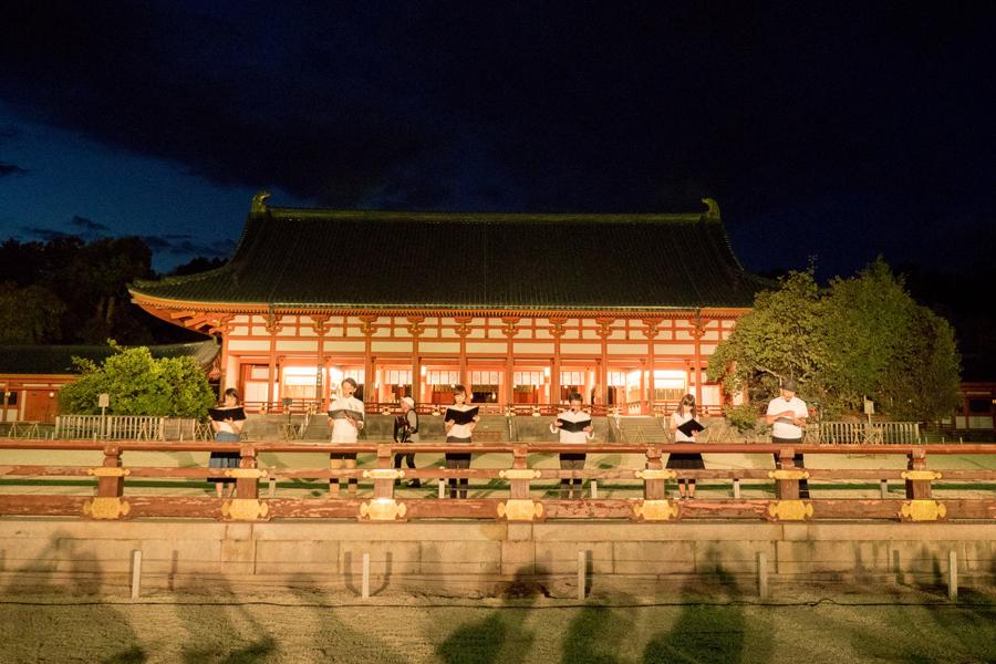 回遊朗読劇がおこなわれる「平安神宮」では夜の拝観も同時開催