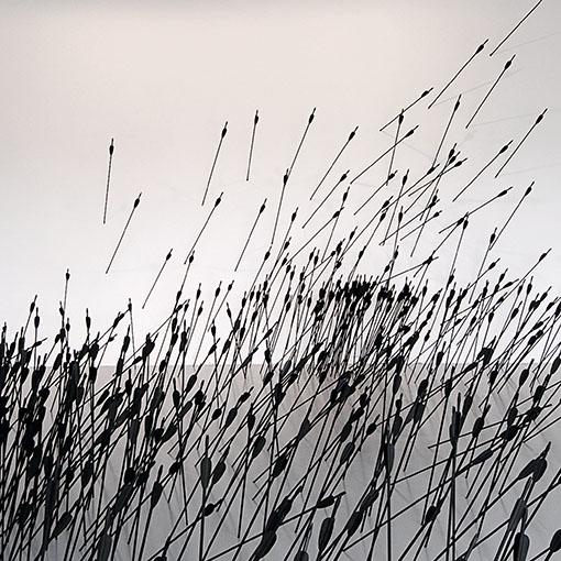 ライアン・ガンダー《ひゅん、ひゅん、ひゅうん、ひゅっ、ひゅうううん あるいは同時代的行為の発生の現代的表象と、斜線の動的様相についてのテオとピエトによる論争の物質的図解と、映画の100シーンのためのクロマキー合成の試作の3つの間に》 2010年 ©Ryan Gander, Courtesy of TARO NASU 石川コレクション、岡山