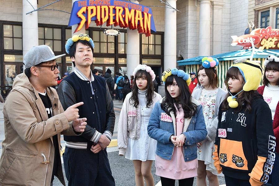 私服姿で参加したメンバーたち、薮下柊はミニオンの被り物でロケに参加(前列右)
