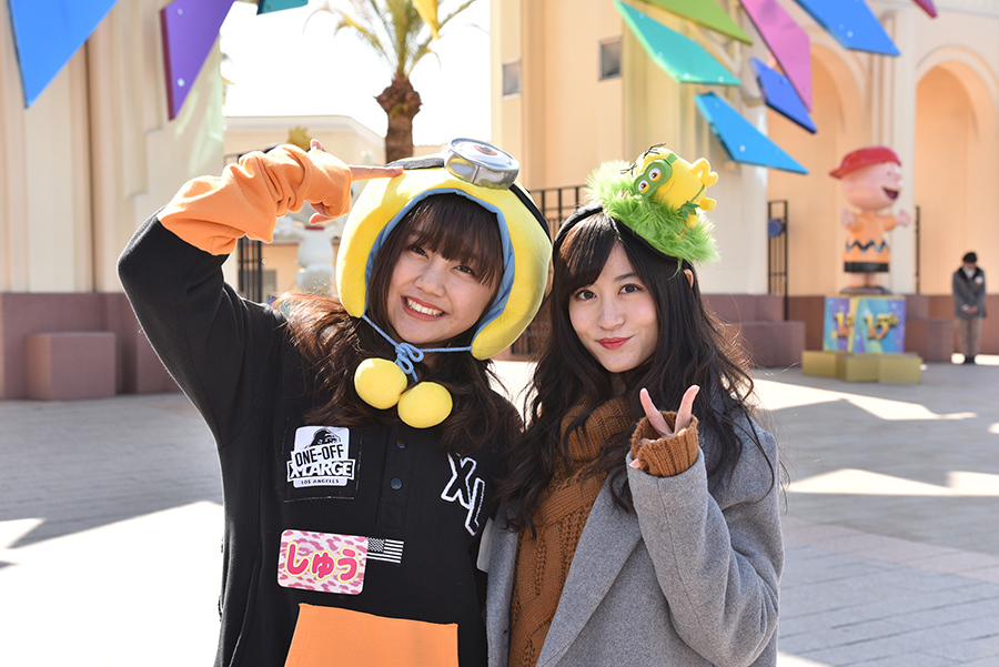レギュラー番組『NMBとまなぶくん』のUSJロケに参加した薮下柊(左)と上西恵