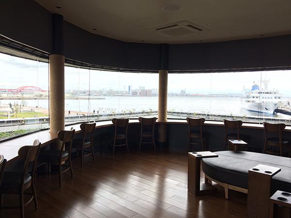 窓に向かう2階のカウンター席は、船首から海を眺めているかのような気分に