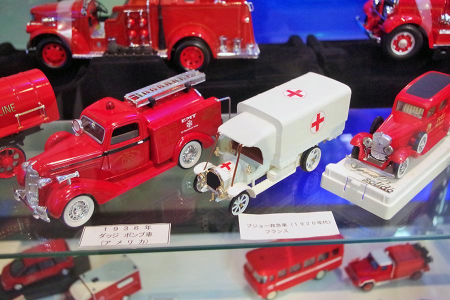 1936年、アメリカのダッジポンプ車(左)、1920年代、フランスのプジョー救急車