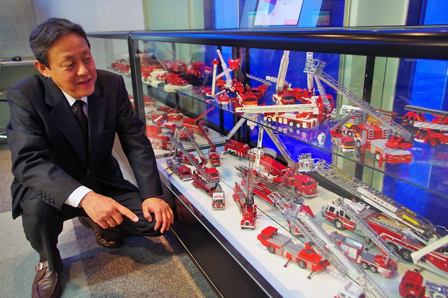 消防士として活躍した本田義博さん、「世界の消防車の歴史ミニカー」特別展前にて