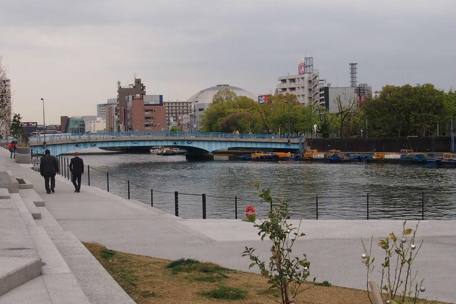 整備された木津川遊歩空間。川の向こう岸には「京セラドーム大阪」の屋根も見える