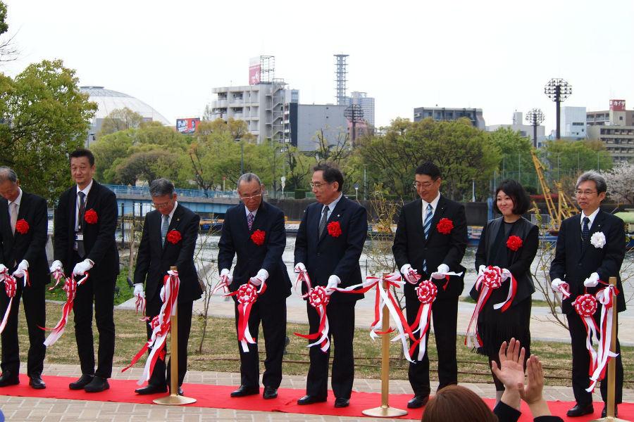 15日に行われたオープニングセレモニーに参加した西区の岸本孝之区長(右から3人め)や設計デザインの岩瀬さん(右から2人め)ら(大阪市西区)