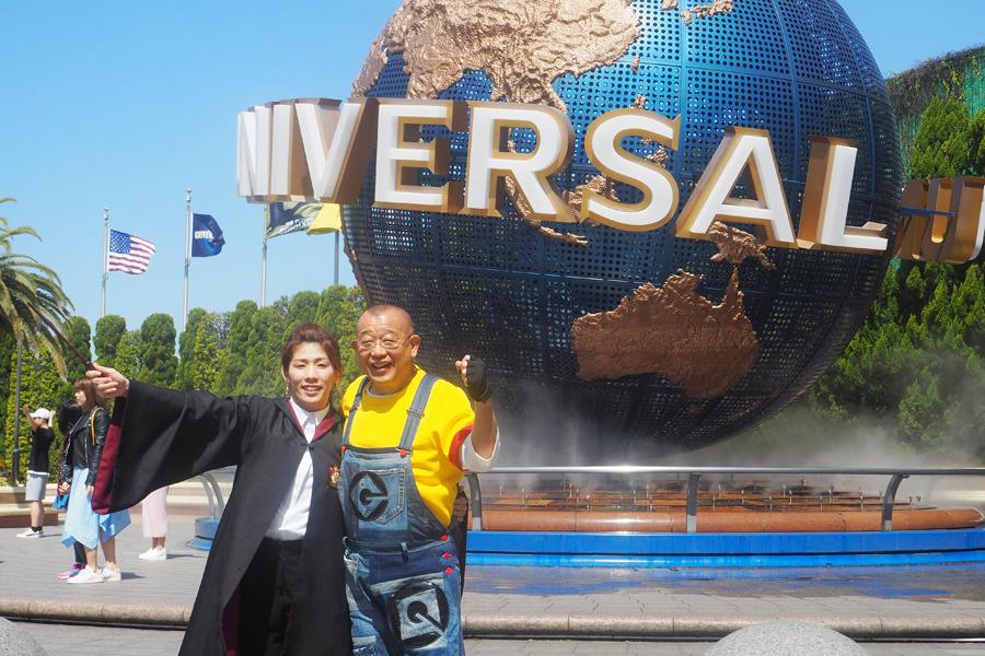 開幕宣言をおこなった(左から)吉田沙保里、笑福亭鶴瓶(19日、ユニバーサル・スタジオ・ジャパン)