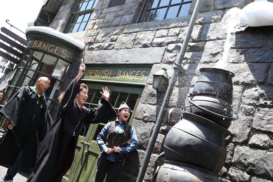 『ワンド・マジック』の新魔法を体験する笑福亭鶴瓶と吉田沙保里