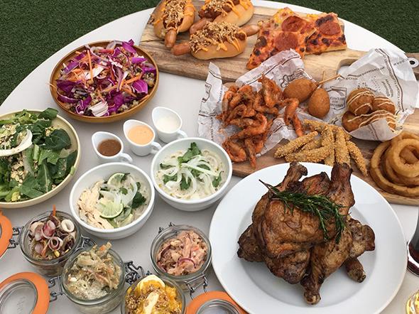 名物のワンレッグローストチキンをはじめ、サラダやデリカテッセン、フリット、シンガポールチキンライスにピザ、ホットドッグなど、約30種の料理が屋台に並ぶ