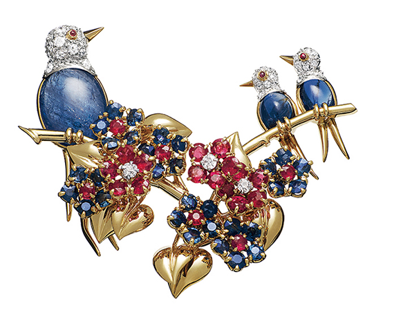 《3羽の鳥のクリップ》 ヴァン クリーフ&アーペルコレクション 1946年 ゴールド、プラチナ、サファイア、ルビー、ダイヤモンド Patrick Gries © Van Cleef & Arpels