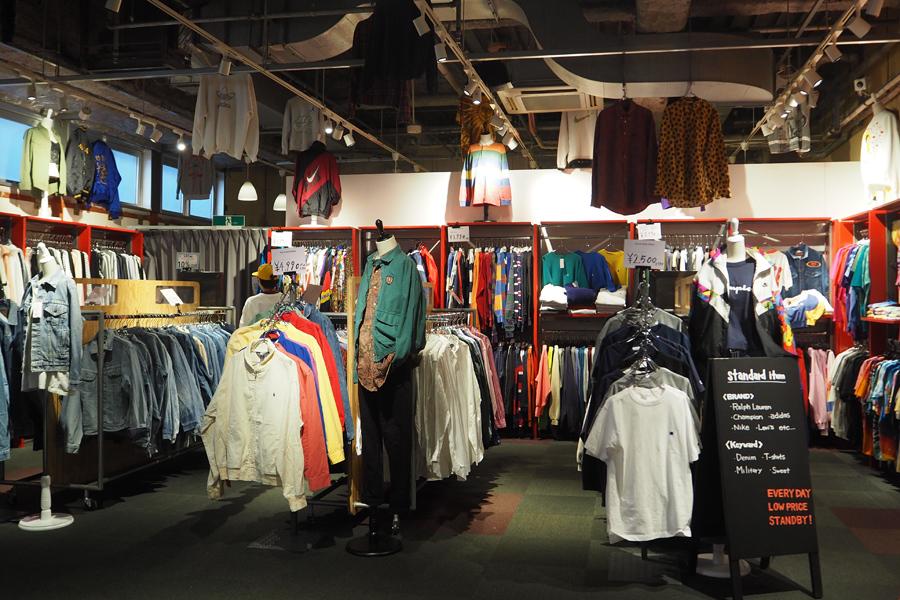 スタンダードアイテムのコーナーには、Tシャツやスポーツブランドのワンポイントスウェット、デニムなどが充実
