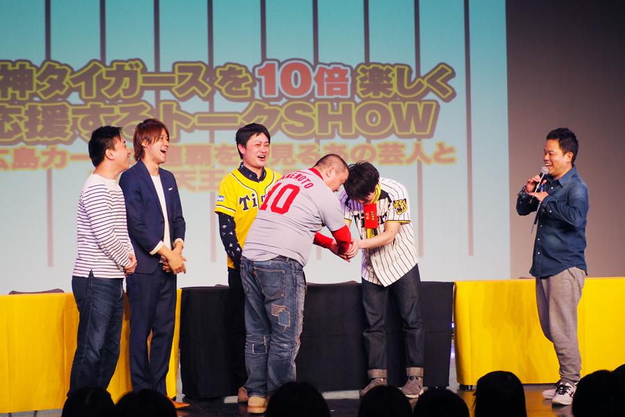 トークライブ『阪神タイガースを10倍楽しく応援するトークSHOW』(4日・大阪市内)に登場した極楽とんぼの山本圭壱