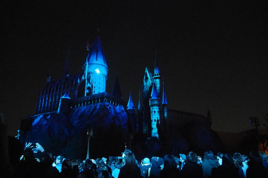 魔法が放たれるホグワーツ城