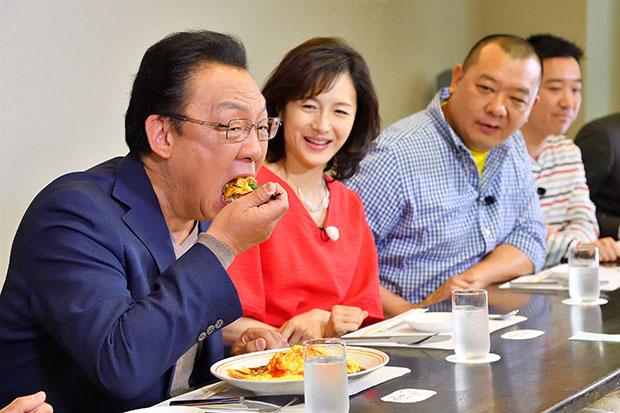 娘に怒られる話を披露した後に、大好きなオムライスを食べる梅沢富美男(毎日放送『水野真紀の魔法のレストランR』)