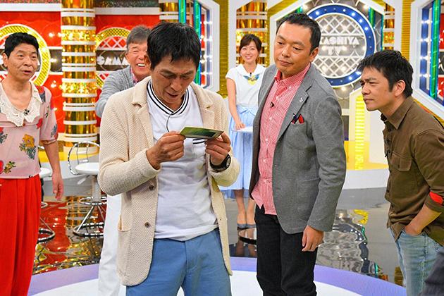 「totoBIG」で当選した6億円が振り込まれた男性の通帳を確認するさんま