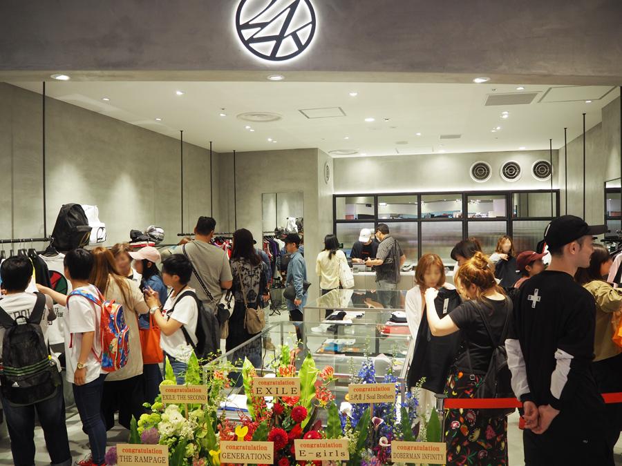 幅広い層の人々が限定アイテムを求め列を作った「24karats OSAKA HEP FIVE」(20日、大阪市内)