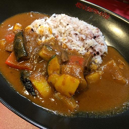 季節の野菜カレー950円。醤油とゴマを加えた甘酢ショウガの薬味はカレーとの相性抜群