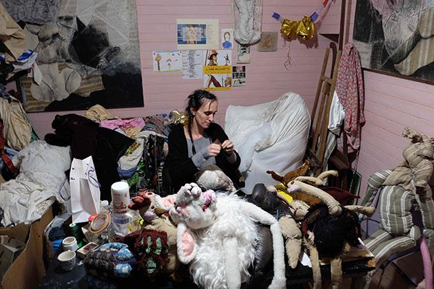 自身のアトリエで制作するアン・ヴァレリー・デュポン