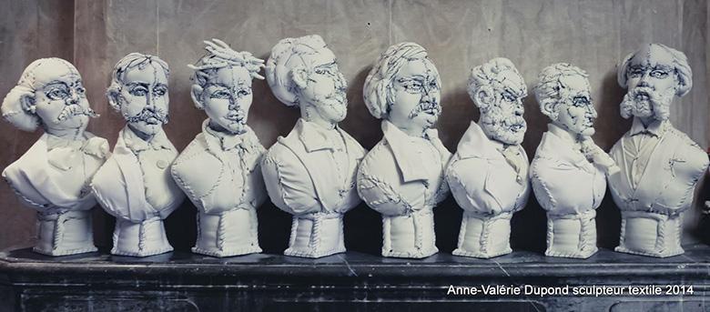 さまざまな表情の紳士がつどう、布で作った彫像作品