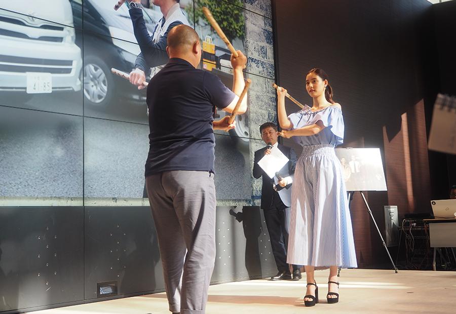 カリスティック(オリシ)を使ったトレーニングの様子を披露した女優・新木優子(22日・大阪市内)