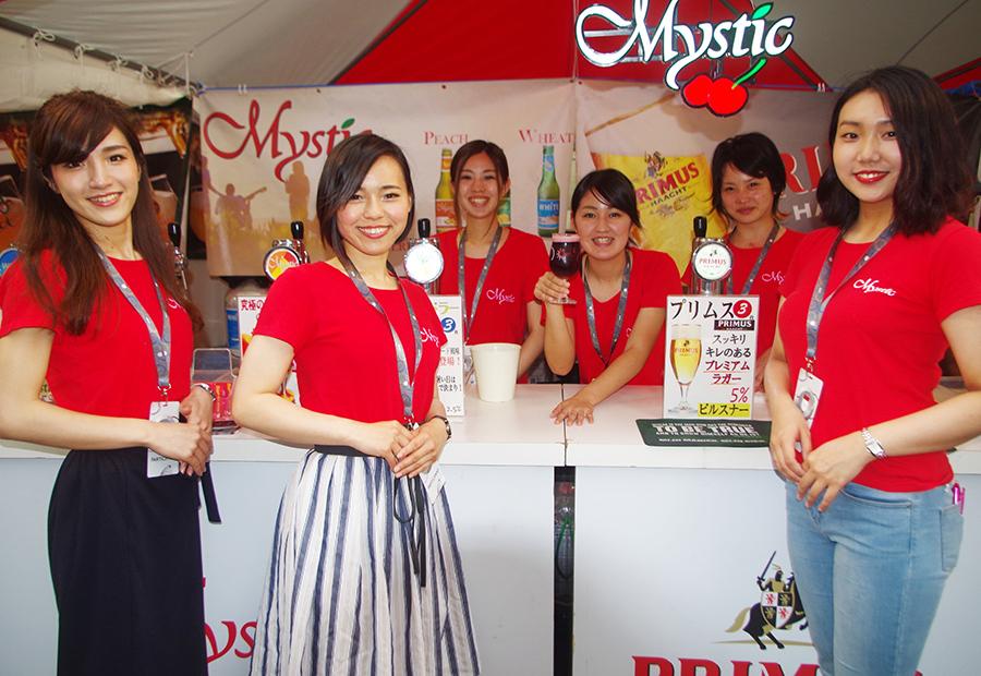 おそろいの赤いTシャツでイベントを盛り上げるスタッフたち。オススメは女性に飲みやすいフルーツビールミスティックチェリーだとか