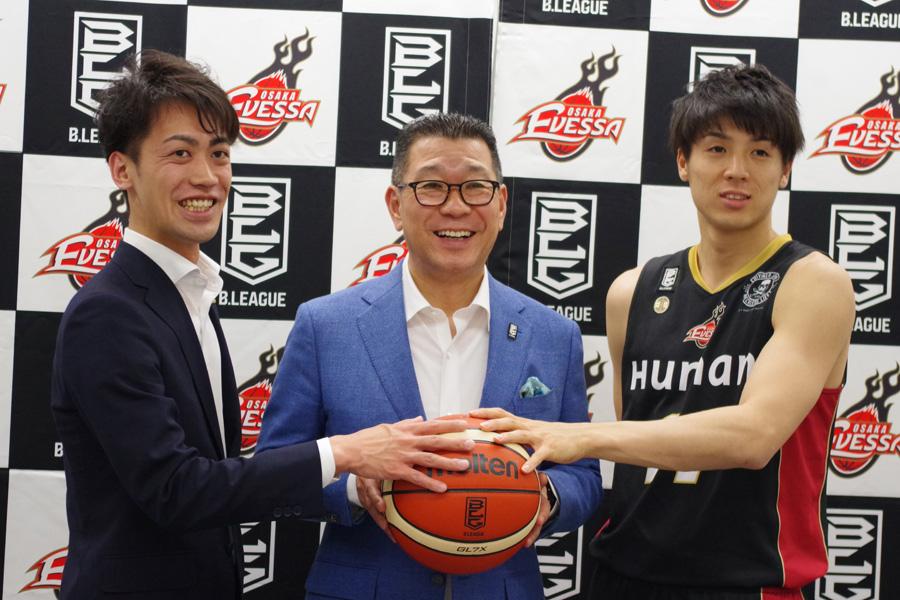 「エヴェッサに強くなってもらわないと」とエールを送る大河正明チェアマン(中央)と大阪エヴェッサの安井代表、橋本選手