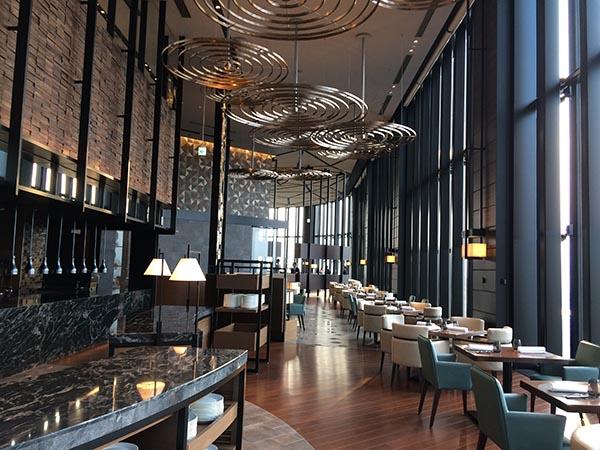 40階の「アトモス・ダイニング」はブッフェレストラン。西向きでサンセットが楽しめる