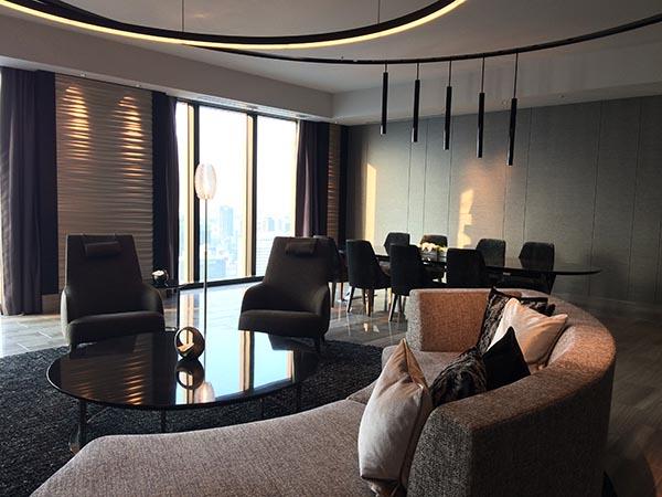 39階客室「コンラッドスイート」のリビングルーム