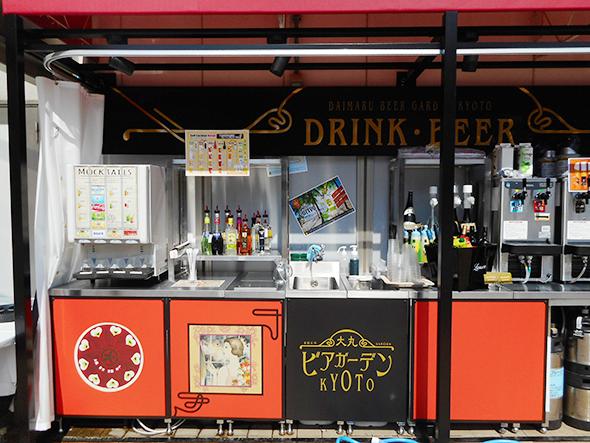 ドリンクコーナーはセルフで。カクテルレシピ表があり、お酒をジュースや炭酸水で割って自分で作れる
