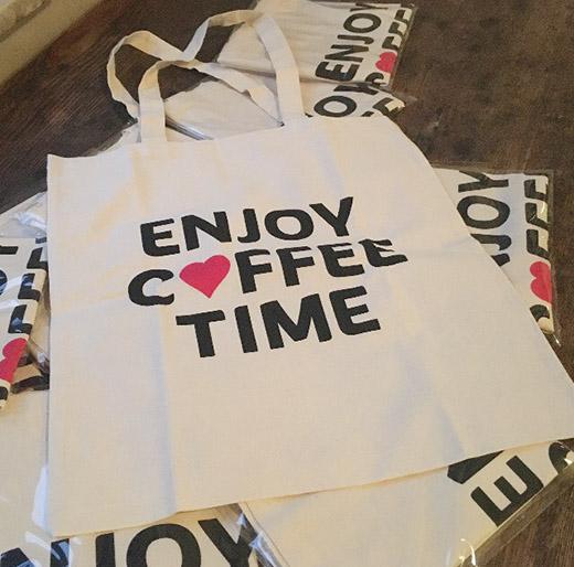 イベントオリジナルのエコバッグもあり、コーヒー飲みくらべチケットとのセット券も人気