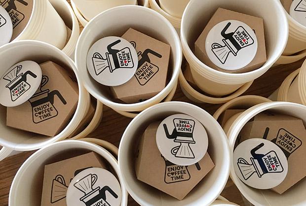 イベントオリジナルのエコバッグやマグカップ、Tシャツもあり、コーヒー飲みくらべチケットとのセット券も人気