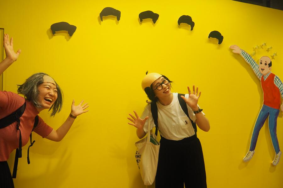 いろんなポーズで撮影する来場者に、五月女さんは「大阪はやっぱりノリが良くてうれしい」と喜ぶ
