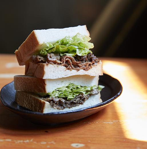 「乃が美」の食パンと「炭火焼肉たむら」の焼肉サンド、1人前1001円
