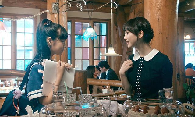 映画『はらはらなのか。』のワンシーン、原菜乃華(左)と松井玲奈 © 2017「はらはらなのか。」製作委員会