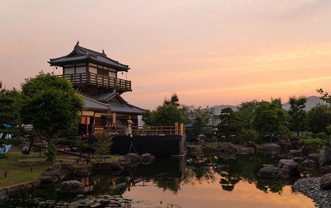 夕景に映える池田城を背景に能楽が演じられる