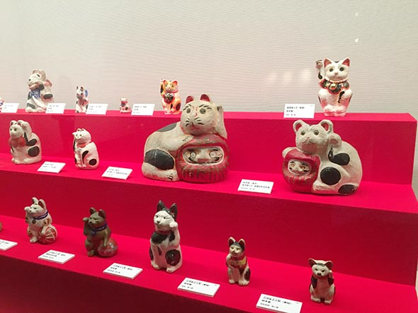 テーマ「福を招く猫」では、張り子や土人形など全国各地の招き猫がズラリ