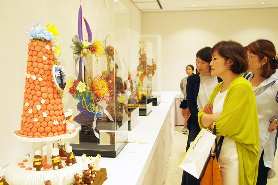 デコレーションケーキコンテストのテーマは「神戸開港150周年 洋風文化にはぐくまれた港町」。繊細で美しい作品たちに見入る来場者たち