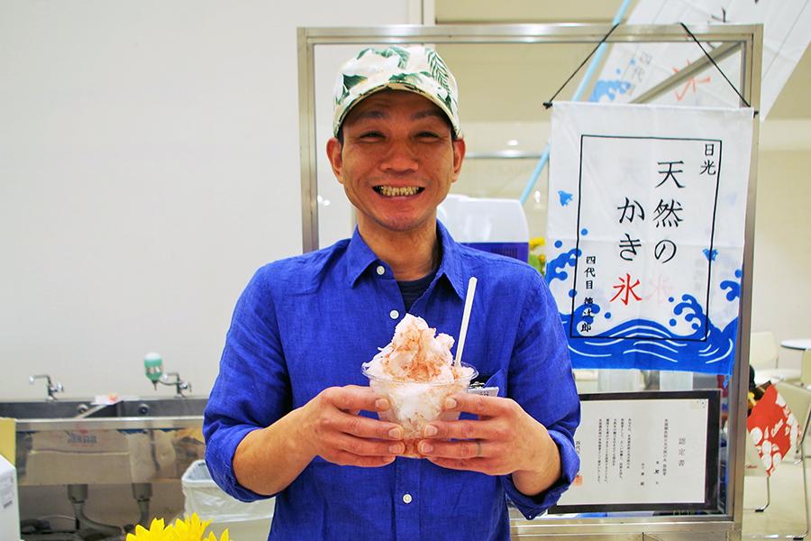 栃木県日光市で昔ながらの製法で作られた日光天然氷と無添加の果物シロップをかけたかき氷は驚きの味。写真は田口さんと一番人気のイチゴ味かき氷
