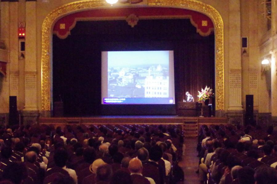 大勢がつめかけた会場では、御堂筋の重厚な歴史が紹介された(11日・大阪市中央公会堂)