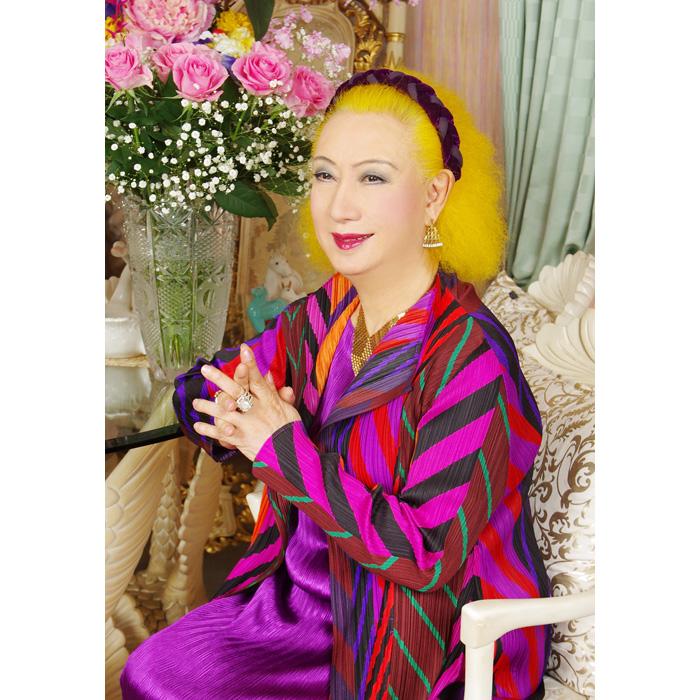 100歳の老婆に扮した美輪が、20歳の美女に早変わりするのも見どころ。81歳となった今、「演じるのは今回でおしまいになるかもしれません」と美輪