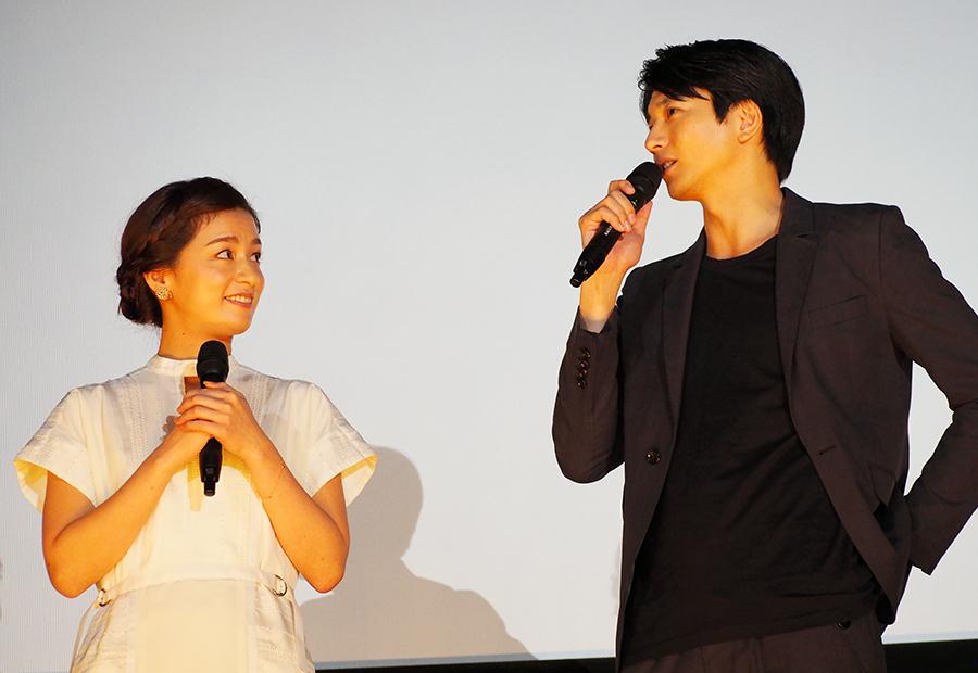 ドラマ『サマーレスキュー』以来、5年ぶりの共演となった尾野真千子(左)と向井理(27日・大阪市内)