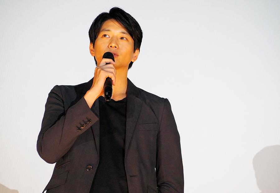 自ら企画した映画『いつまた、君と〜何日君再来〜』の舞台挨拶に登場した向井理(27日・大阪市内)
