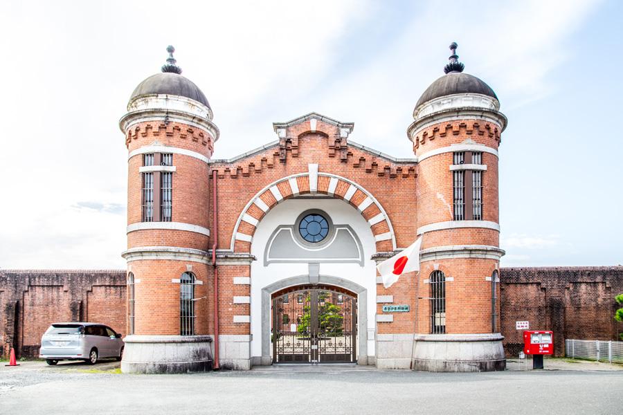 当時の日本が西洋を意識していた表れ、レンガ造り・ロマネスク調の正門